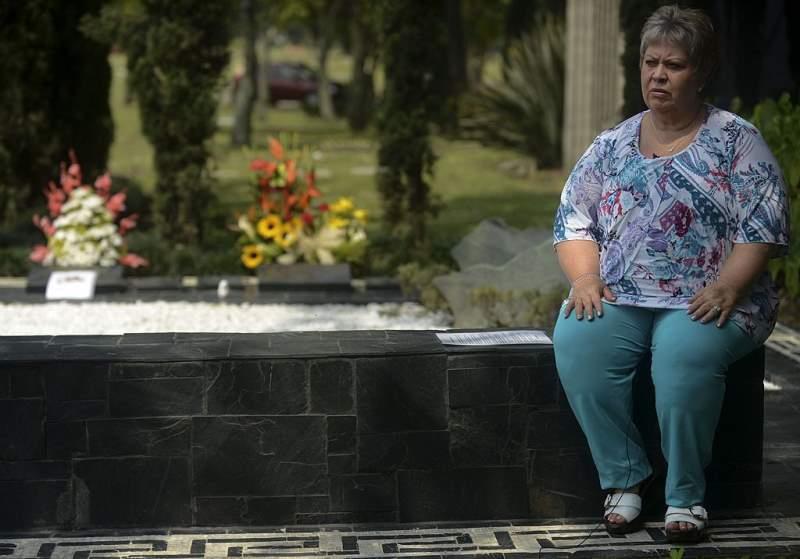 Luz Maria Escobar sulla tomba del fratello