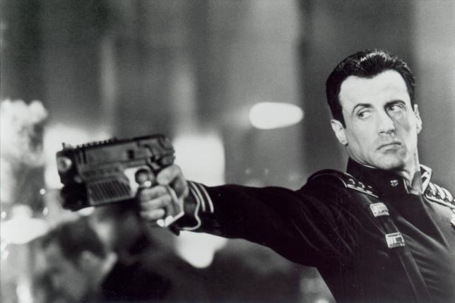 Sylvester Stallone in una scena di Dredd - La legge sono io
