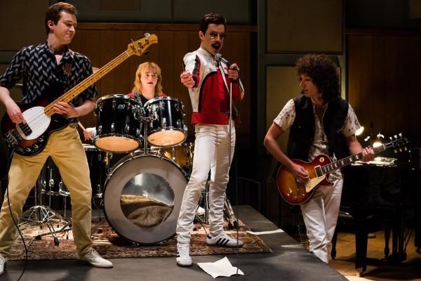 Figure intere dei quattro protagonisti del film nei panni di John Deacon, Roger Taylor, Freddie Mercury e Brian May, sul palco