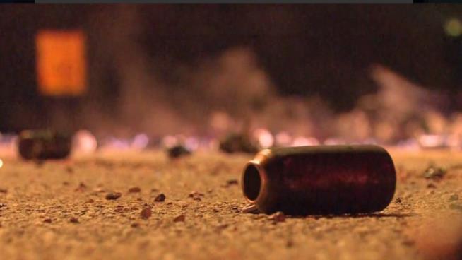 Primo piano di una bomboletta di deodorante spray Axe esplosa