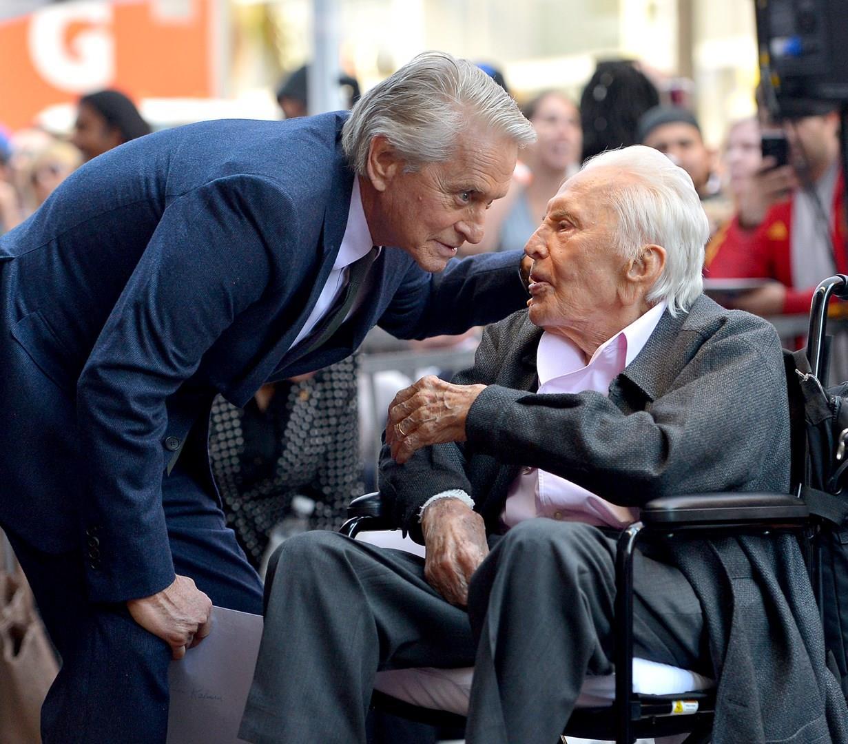 Michael Douglas e il padre Kirk in un momento della cerimonia