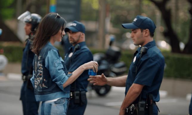 Kendall Jenner offre la sua lattina di Pepsi al poliziotto