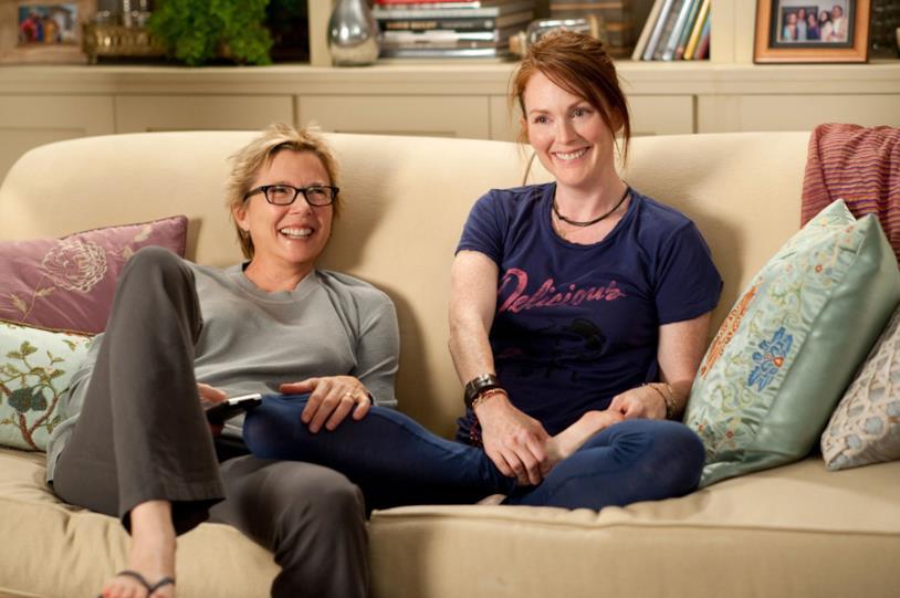 Anche Annette Bening e Julianne Moore sorridono quando sono sul divano