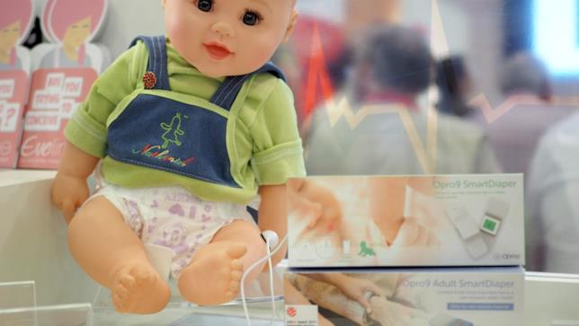 Un bambolotto esposto accanto al sensore per pannolini