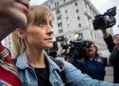 L'attrice Allison Mack dopo il rilascio su cauzione