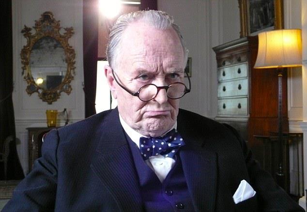 Robert Hardy nei panni di Winston Churchill