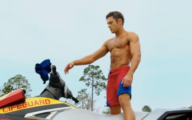 Zac Efron sulla moto di Baywatch