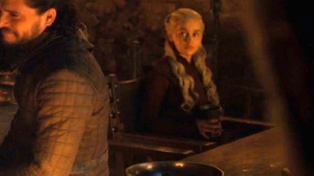 La tazza è scomparsa dal tavolo