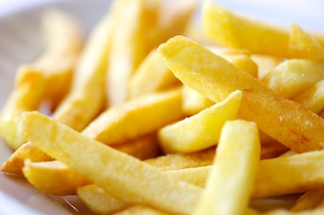 Primo piano di patatine fritte contenute in una ciotola bianca