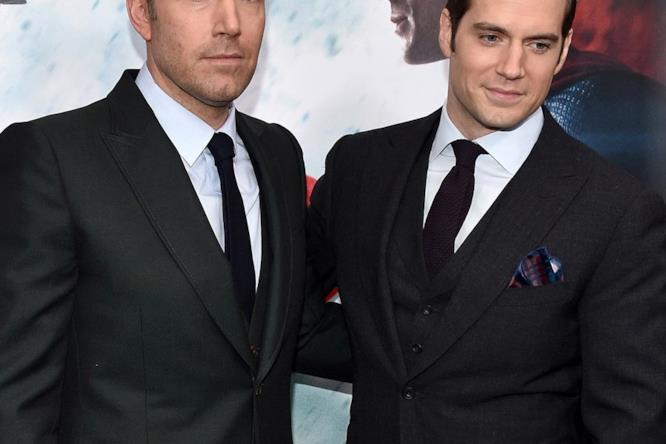 In total black, Affleck risulta sempre meno formale di Henry Cavill