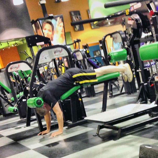 In palestra: ragazzo si posiziona in modo errato su una macchina dedicata all'allenamento delle gambe