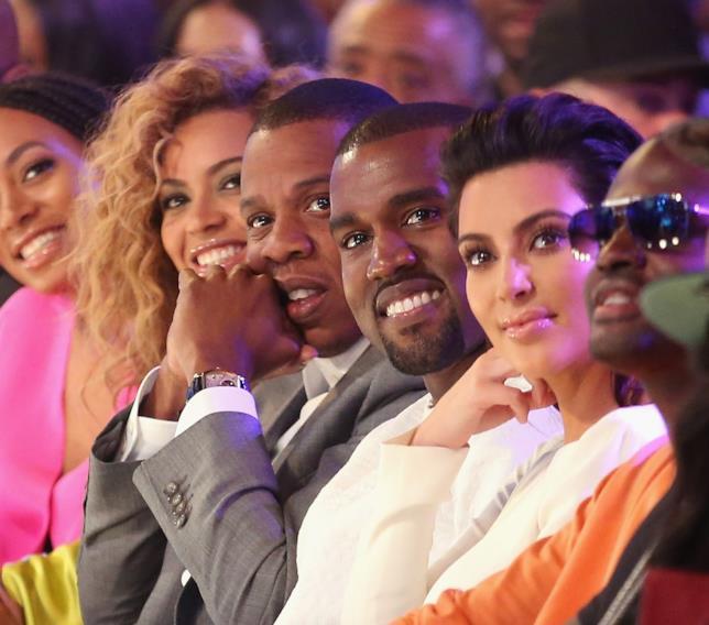Kim Kardashian, Kanye West, Jay Z e Beyoncè durante una sfilata