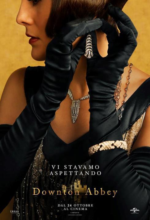 Lady Mary si mette gli orecchini nel poster di Donwton Abbey