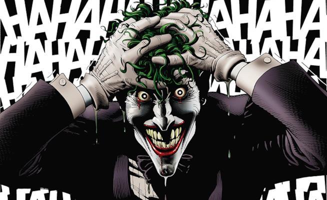 Mezzobusto del Joker con le mani tra i capelli sullo sfondo di una folle risata