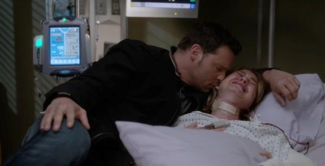 Alex Karev consola Meredith Grey