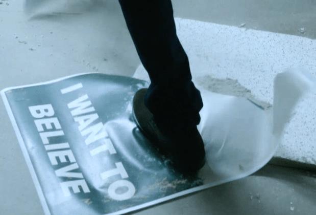 """L'iconico poster """"I want to believe"""" è ancora proprio dove ci saremmo aspettati di ritrovarlo. Peccato che Mulder non sia così contento di vederlo. Ha forse smesso di credere?"""