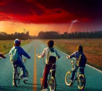 Lucas, Dustin, Mike e Will sulle bici mentre osservano il cielo paranormale di Hawkins