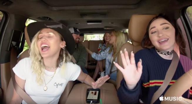 La famiglia Cyrus per Apple Carpool Karaoke