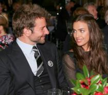 Primo piano di Irina Shayk e Bradley Cooper