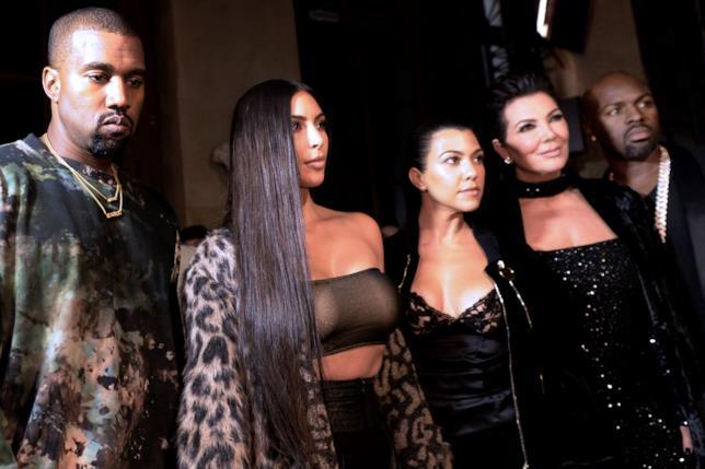 Kanye West con Kim Kardashian, una delle sue sorelle e la madre Kris Jenner