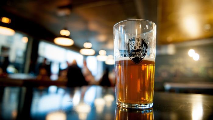 Primo piano di un bicchiere di birra con logo BrewDog