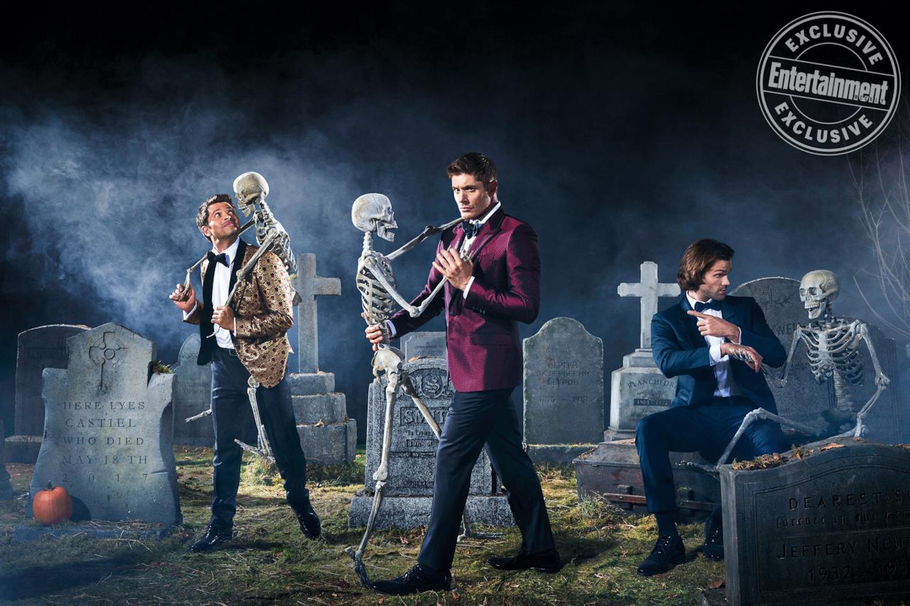 Sam, Dean e Castiel in un cimitero con i teschi