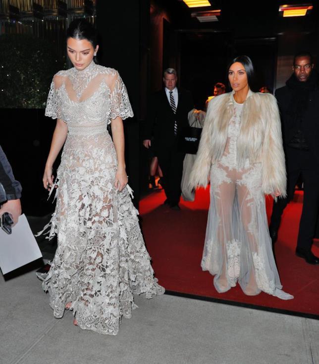 Kim Kardashian e Kendall Jenner in abiti di pizzo sul set di Ocean's Eight