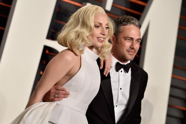 Primo piano di Taylor Kinney e Lady Gaga