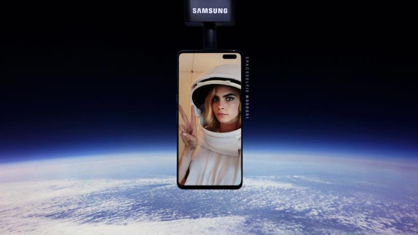 """L'attrice Cara Delevingne testa la campagna pubblicitaria di Samsung con un """"selfie nello spazio"""""""
