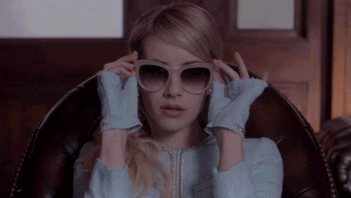 Chanel Oberlin si toglie gli occhiali