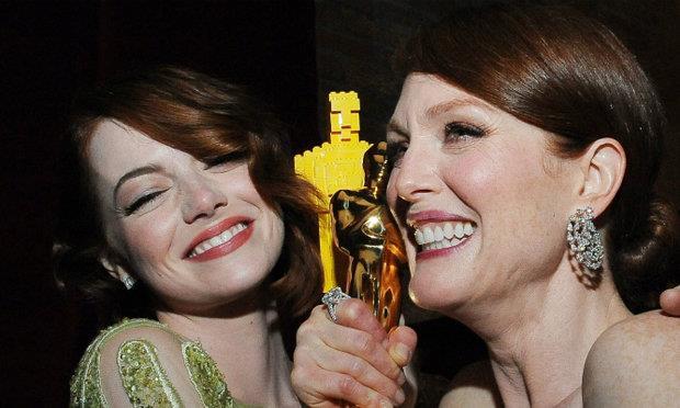 Emma Stone e Julianne Moore con la statuetta di Lego