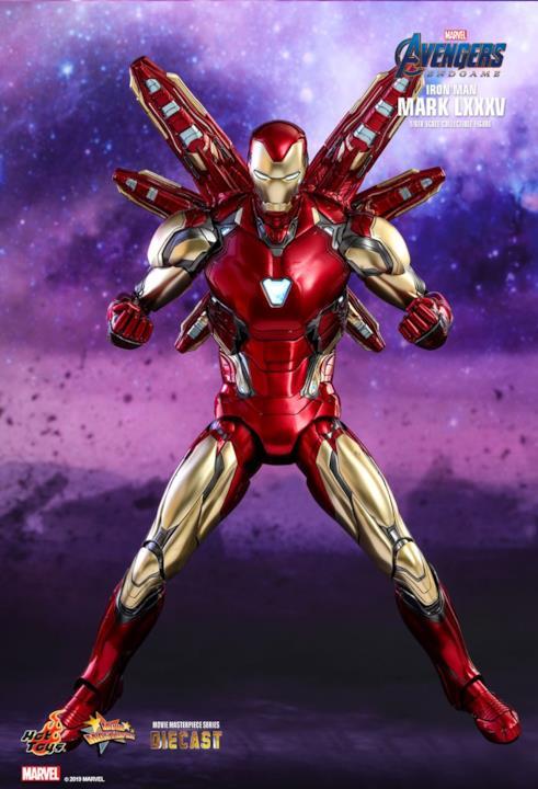 La Mark LXXXV di Iron Man con i pugni chiusi