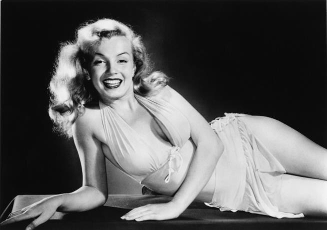 Marilyn Monroe sdraiata