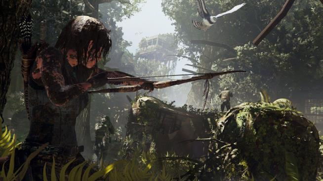 Lara Croft armata di arco in Shadow of the Tomb Raider
