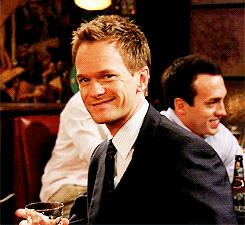 Barney di How I Met Your Mother con in mano l'immancabile drink