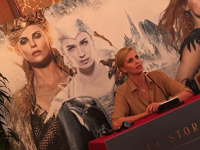 Charlize Theron nel film è la perfida Regina Ravenna