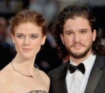 Rose Leslie e Kit Harington in primo piano l'uno vicino all'altra