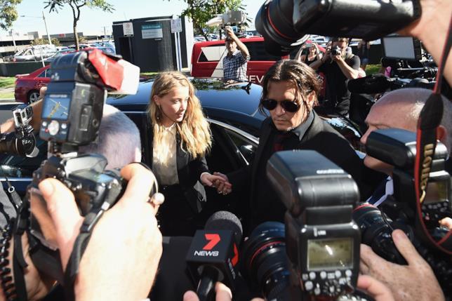 Primo piano di Amber Heard e Johnny Depp nei pressi del Tribunale
