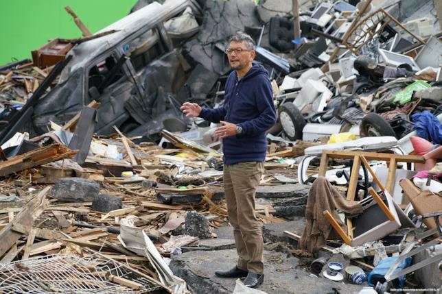 Il regista Hideaki Anno tra le macerie lasciate da Shin Godzilla
