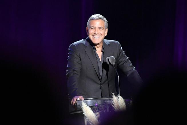 George Clooney sorridente durante una conferenza stampa