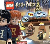 Il giovane Harry Potter seduto, durante una scena ambientata a Hogwarts nel periodo natalizio