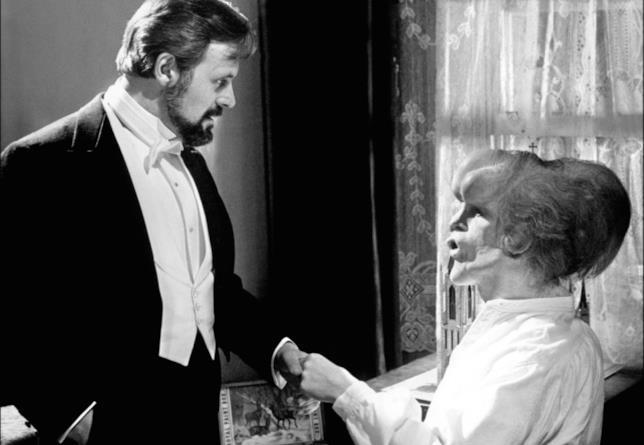Anthony Hopkins e John Hurt in una scena del film