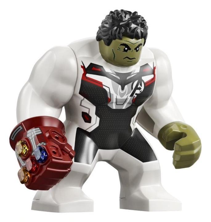Il nuovo Hulk LEGO con tuta bianca, che indossa il Guanto dell'Infinito color rosso