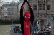 Un primo piano di Spider-Man in una sequenza di Far From Home