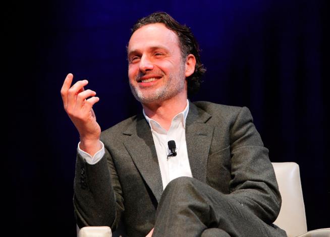 Un sorridente Andrew Lincoln, interprete di Rick Grimes di The Walking Dead