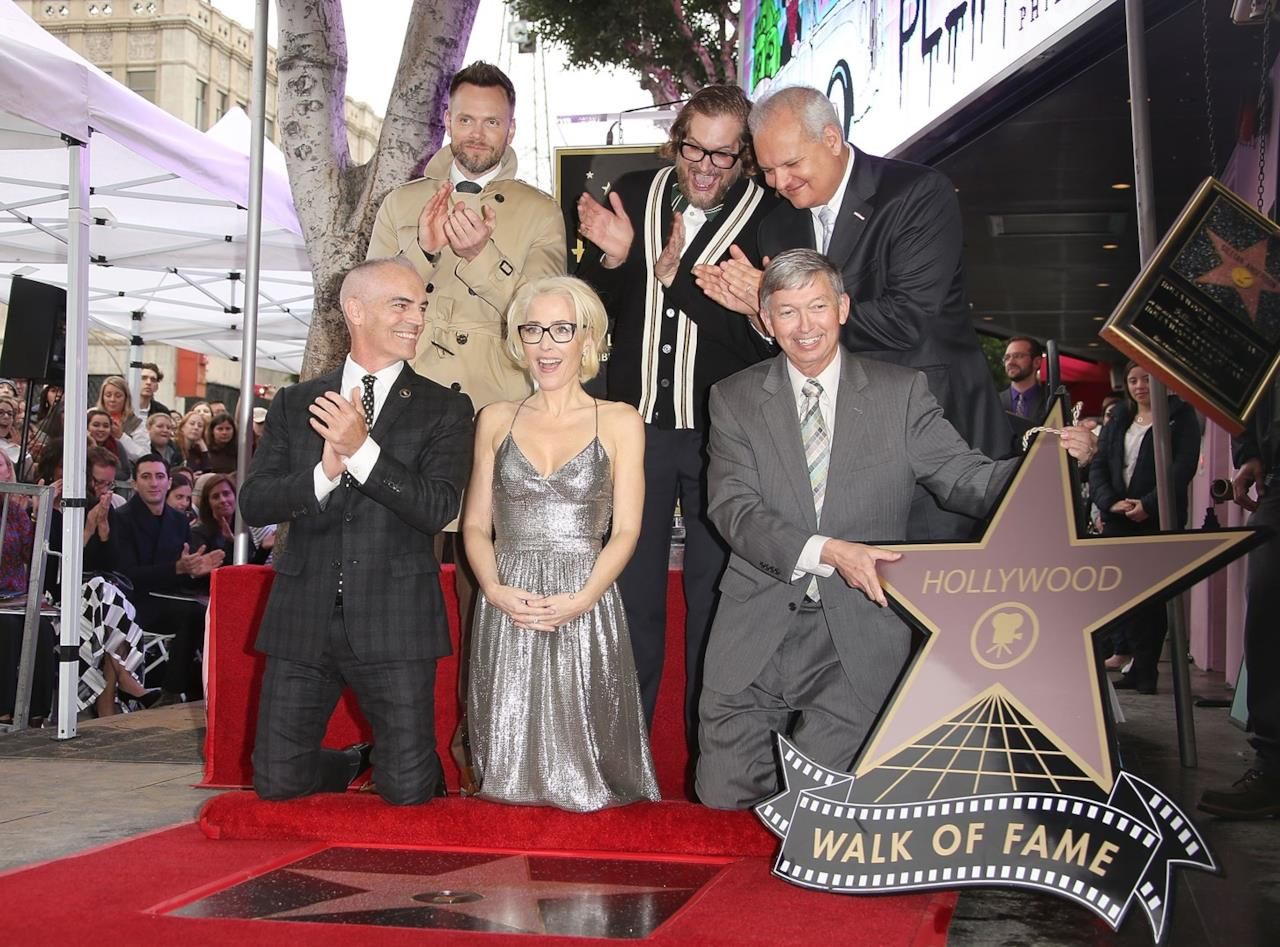 Gillian Anderson con Chris Carter che tiene la stella