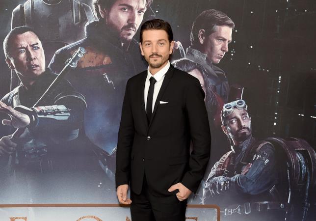 L'attore messicano Diego Luna posa per i fotografi alla premiere di Rogue One
