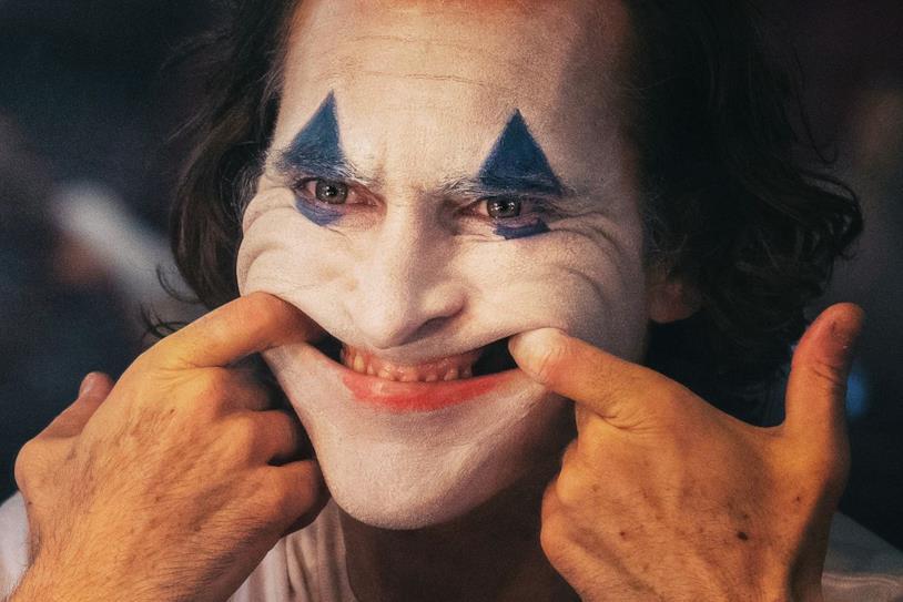 Un primo piano di Joaquin Phoenix truccato da Joker nel film di Todd Phillips