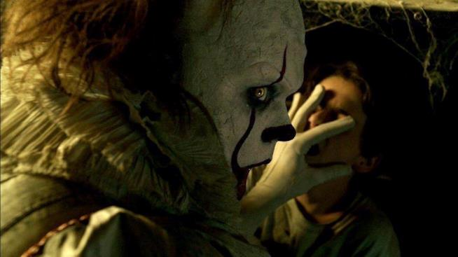 Il terribile clown Pennywise in IT