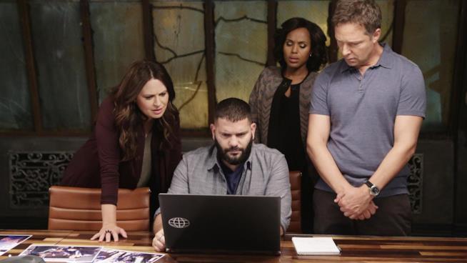 Pope e Associati al lavoro in una scena del primo episodio